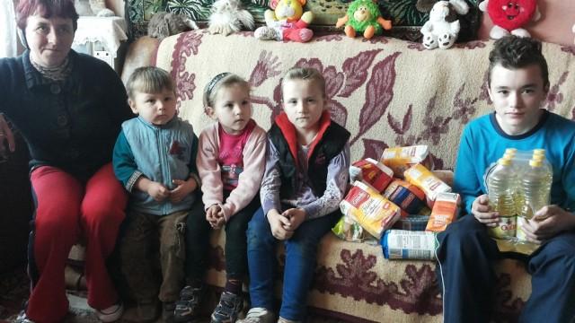 VEZI FOTO – 20 de copii orfani si saraci au primit pachete consistente cu alimente cu ocazia Sarbatorilor de Paste