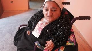 Fara picioare, cu maini slab dezvoltate din cauza bolii oaselor de sticla, Simona are nevoie de ajutorul nostru