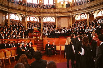 330px-Oxford_Matriculation_2003-interiorul teatrului